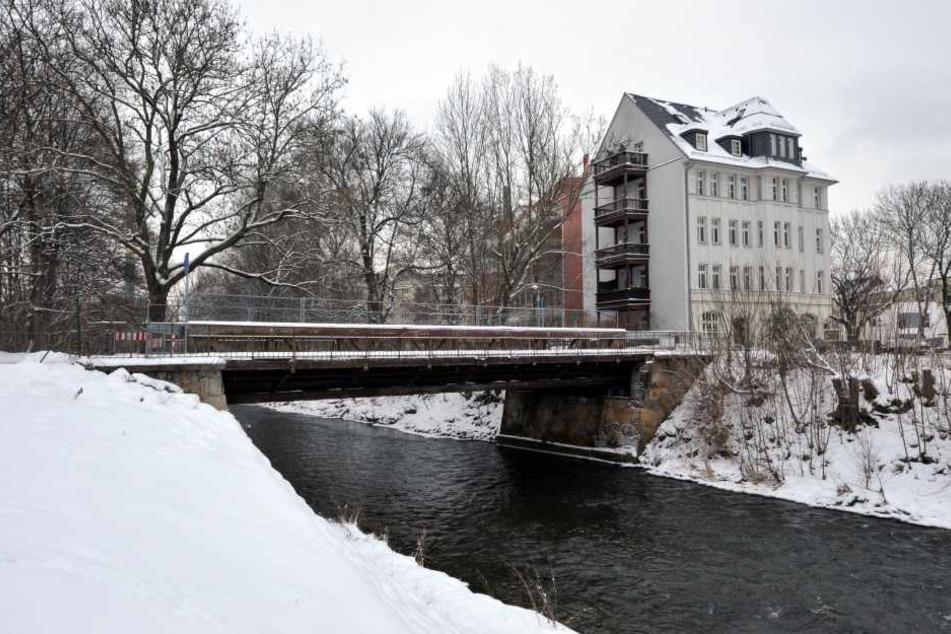 Unter der Brücke an der Eckstraße flüchtete der Dieb flussabwärts der Chemnitz entlang.