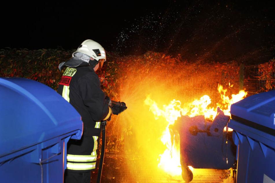 Neun Mülltonnen standen bereits in Flammen, als die Polizei den 26-Jährigen aufgriff. (Symbolbild)