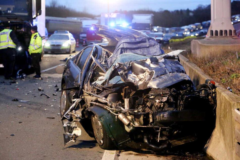 Die Autobahn musste nach dem Unfall voll gesperrt werden.