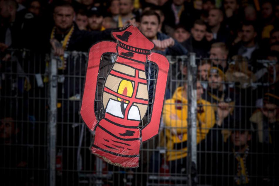 Die Dynamo-Fans hatten vorgebaut: Sie haben die Rote Laterne schon mit nach Stuttgart genommen.
