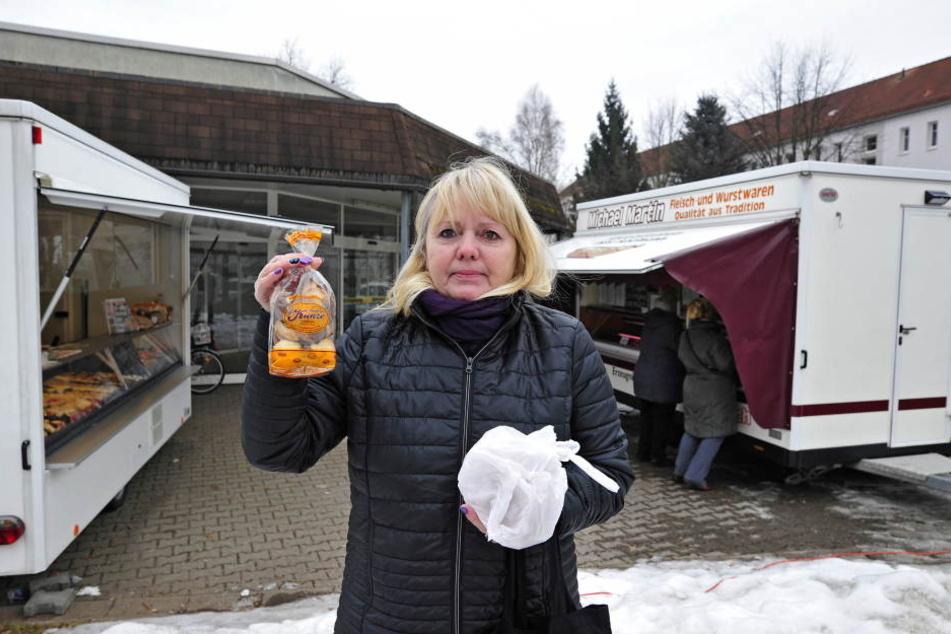 Ramona Richter (55) vor dem geschlossenen Edeka-Markt in Marienthal. Kekse  und Wurstwaren hat sie bei den Notversorgern erworben.
