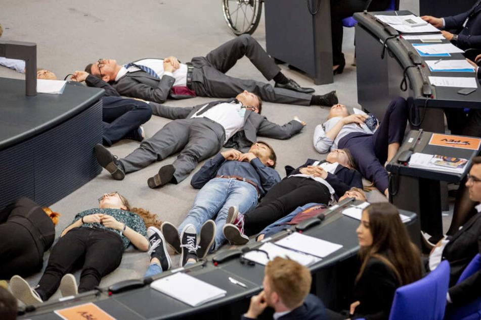 Etwa zwanzig Jugendliche stellten sich im Bundestag tot.