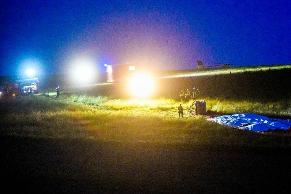 Einsatzkräfte vom Rettungsdienst und ein Hubschrauber eilten zur Unfallstelle.