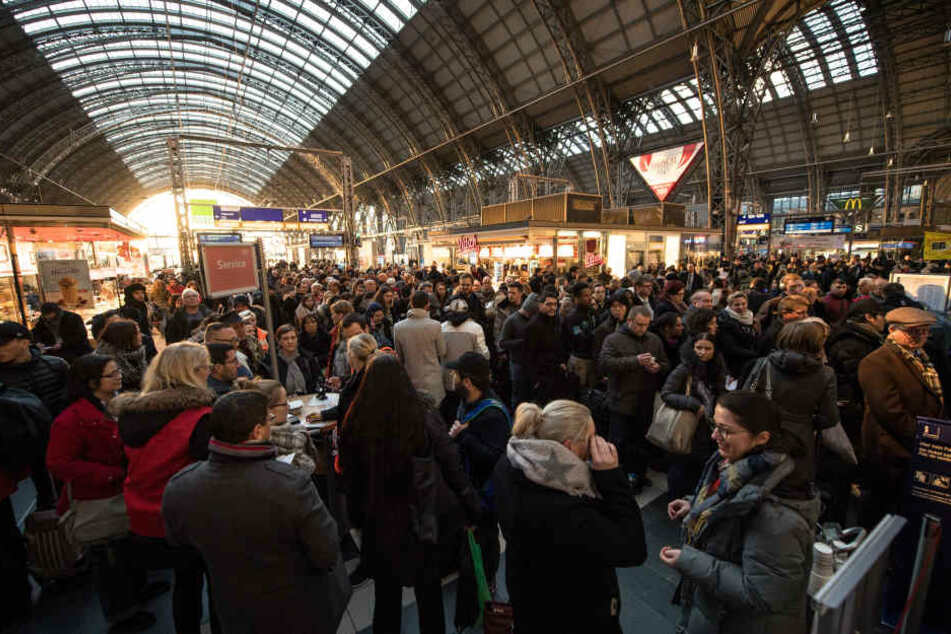 Am Service-Point der Deutschen Bahn in Frankfurt tummelten sich Menschenmassen.