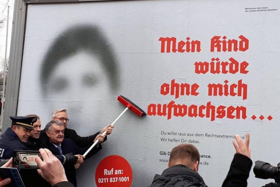 Der NRW-Innenminister Herbert Reul klebte das erste Plakat selbst auf.
