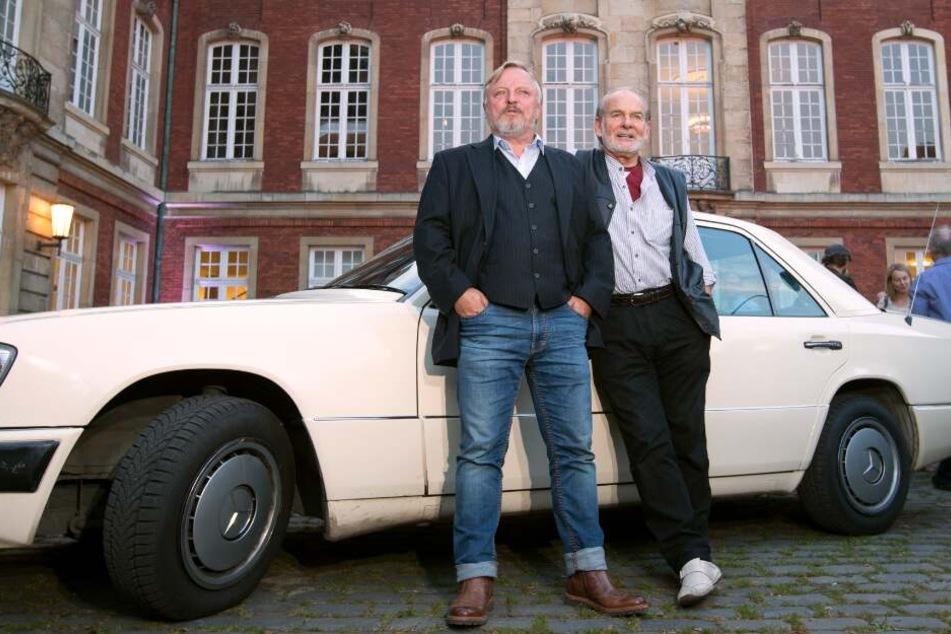 """Die Schauspieler Claus Dieter Clausnitzer (Herbert """"Vaddern"""" Thiel, r.) und Axel Prahl (Kommissar Thiel) bei einer Premiere im Jahr 2016 vor dem Schloss."""