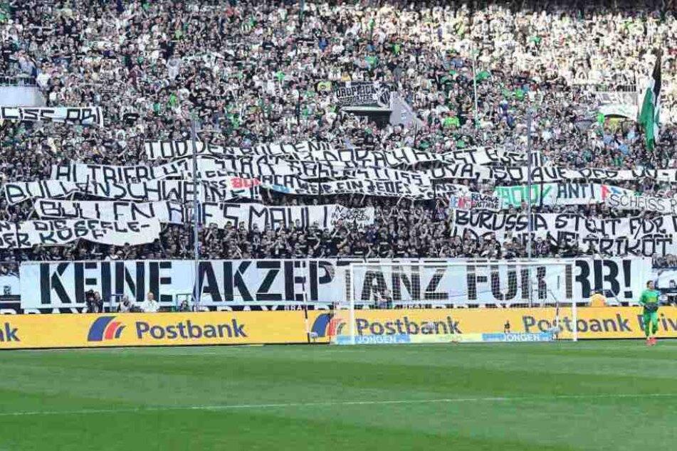 Mit zahlreichen Spruchbändern haben Gladbach-Fans am Samstag für Entsetzen gesorgt.