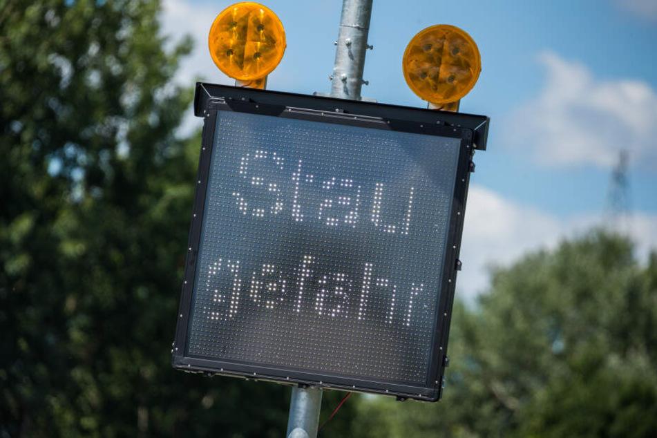 """Auf einem Schild auf der Autobahn bei Bremen wird """"Staugefahr"""" angezeigt."""