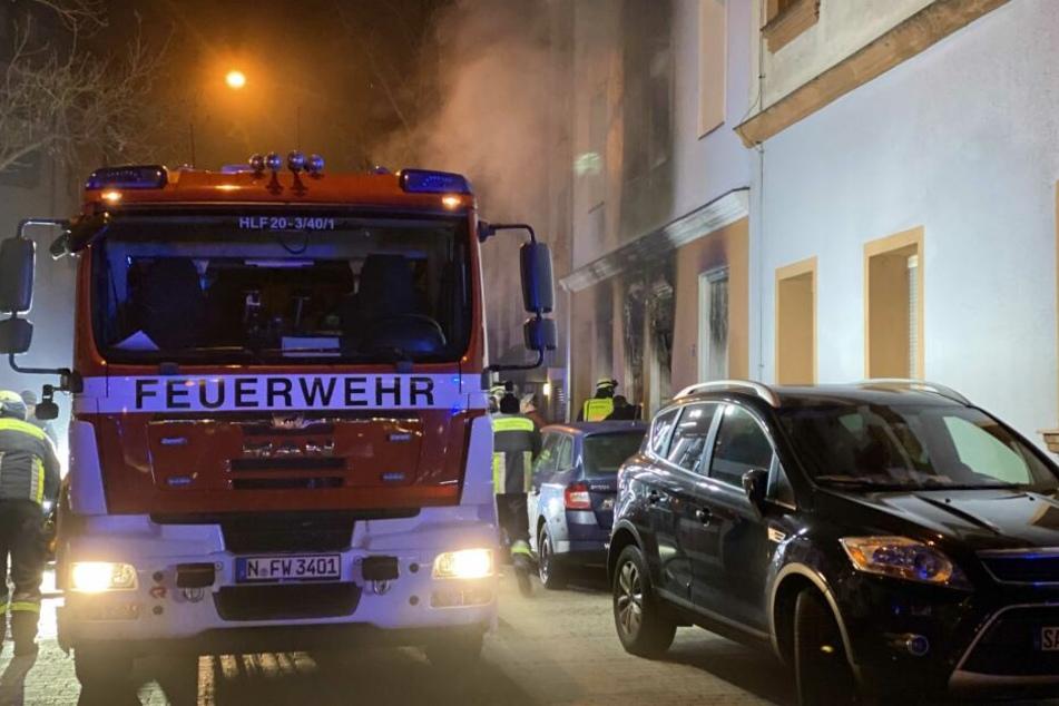 Durch die geparkten Autos hatte es die Feuerwehr schwer zum Einsatzort zu gelangen.