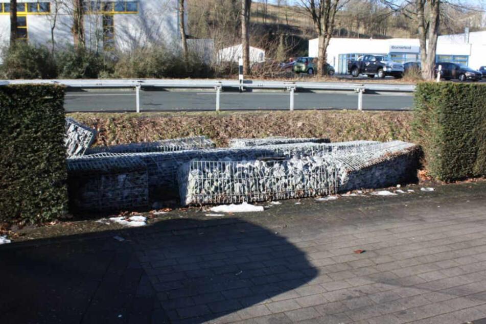 Der Lkw-Fahrer hat diese Mauer aus Steinkörben überrollt.