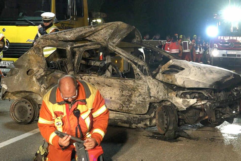Der Peugeot-Fahrer konnte sich nicht aus seinem Auto befreien. Er verbrannte im Wrack.
