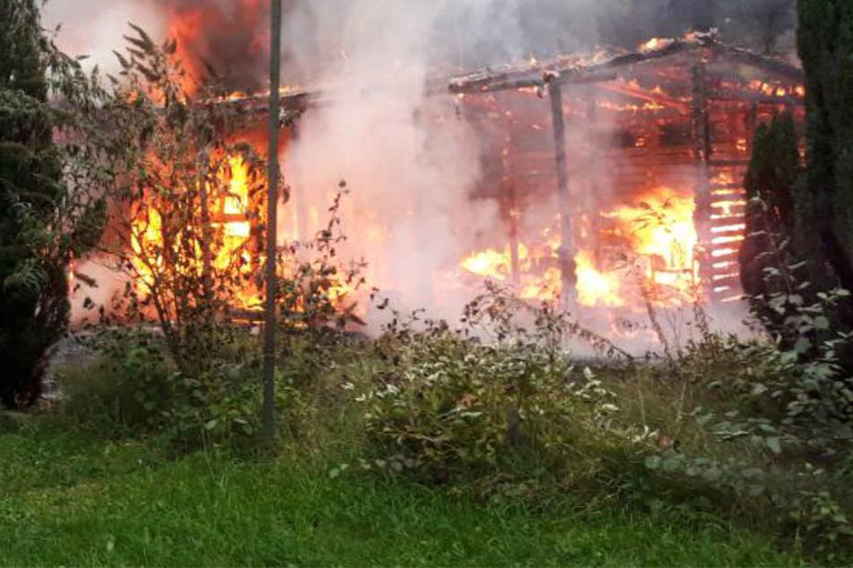 Zwei Propangasflaschen lagen in den brennenden Hütten.
