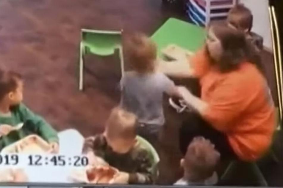 Video zeigt brutale Tat: Kindergärtnerin schlägt Kleinkind ins Gesicht