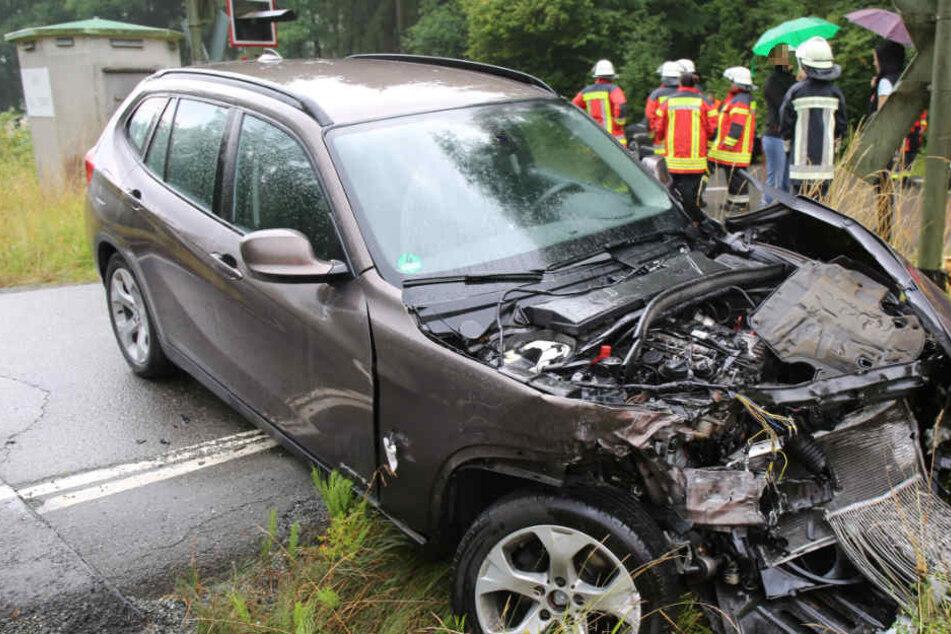 Heftiger Crash: BMW-Fahrer übersieht Zug und wird erfasst