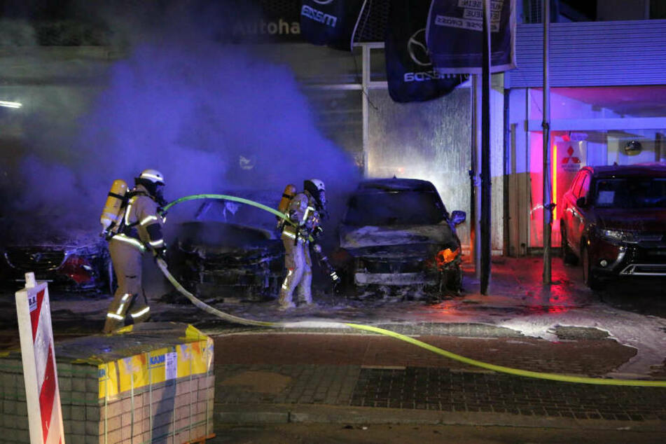 Autos brennen im Autohaus.