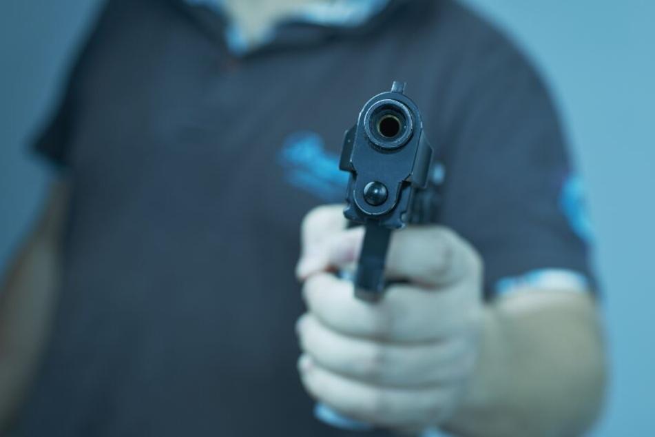Maskierter stürmt Kino mit Pistole: 71-Jähriger schlägt mit Backblech zu