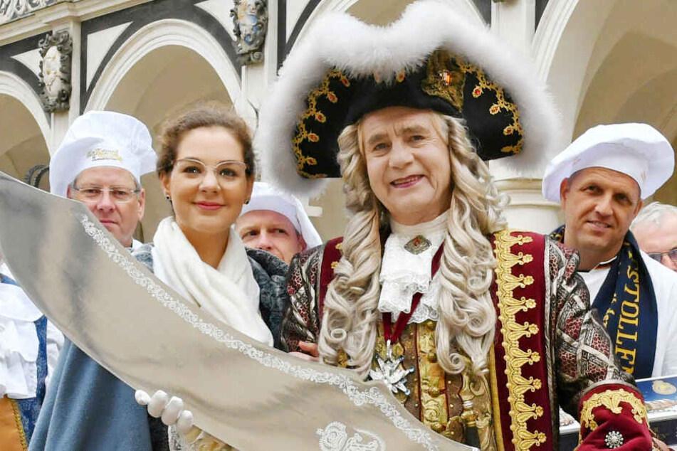 Bereit für Fest und Anschnitt am Kulturpalast: Stollenmädchen Veronika Weber (23) und August der Starke mit dem großen Stollenmesser.