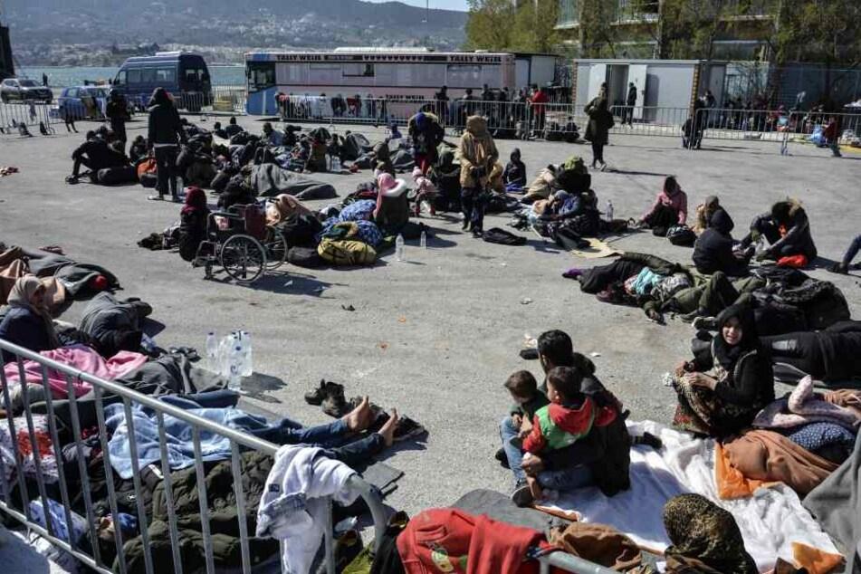 Zutritt in Lager verweigert: Viele Flüchtlinge aus Türkei campen am Hafen von Lesbos