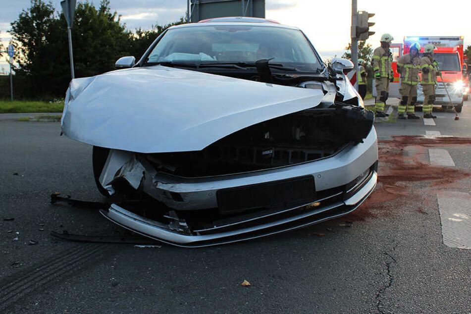 Drei Verletzte bei heftigem Crash auf Kreuzung
