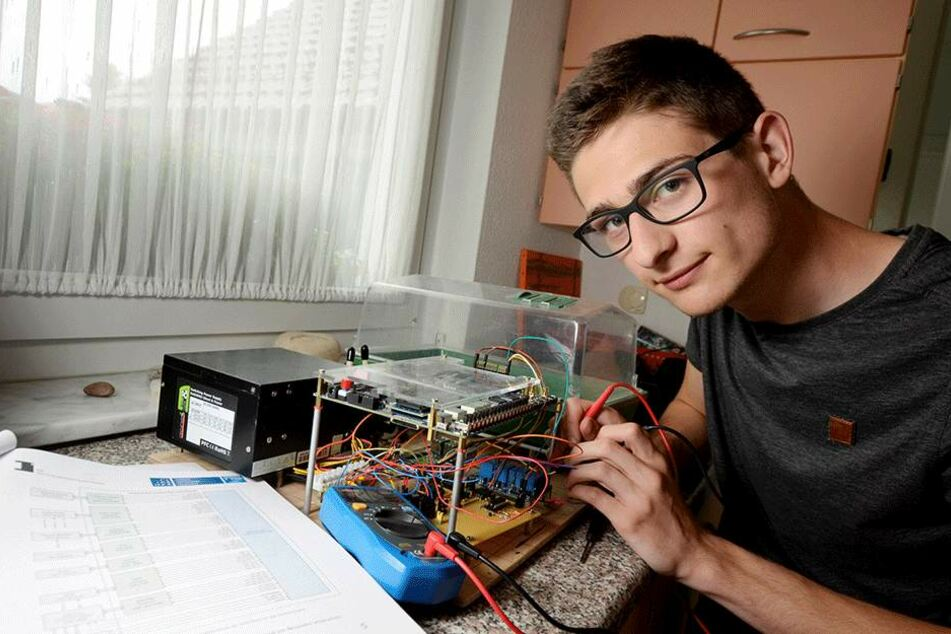 Florian Winkler (18) mit seinem selbst entwickelten Hightech-Gewächshaus.