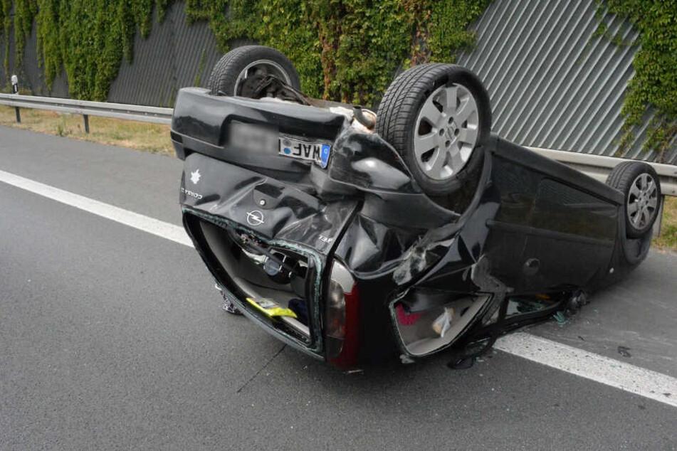 Der Corsa der 20-Jährigen überschlug sich, bis er auf dem Dach liegen blieb.