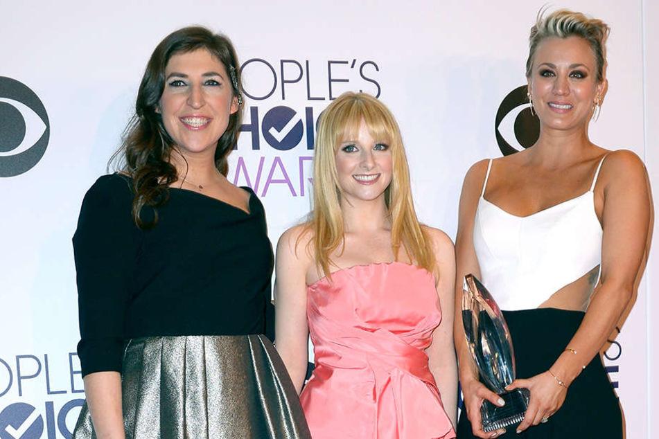 """Amy, Bernadette und Penny (v.l.n.r.), wie sie in der Serie """"The Big Bang Theory """"heißen, bei einem Charity-Event."""