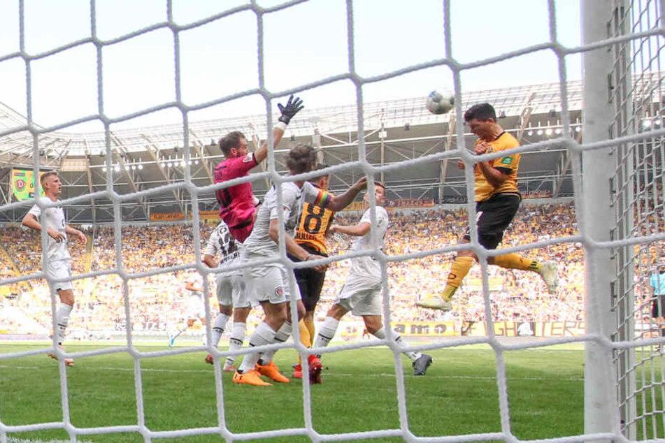 Jannis Nikolaou (r.) trifft per Kopf - sein erstes Tor beim verrückten 3:3 der Dynamos gegen den FC St. Pauli im August.