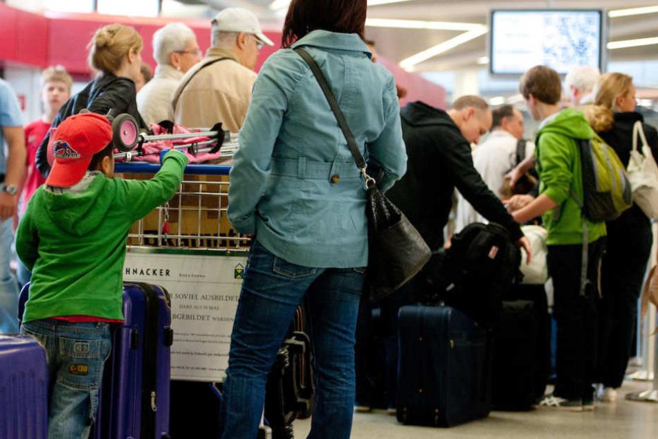 Wie hier am Flughafen Tegel wird es voll an den Check-In-Schaltern. (Archivbild)