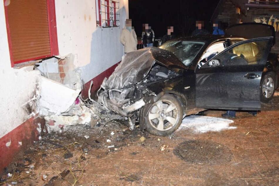 Einsturzgefahr? BMW-Fahrer durchbricht Küchen-Wand