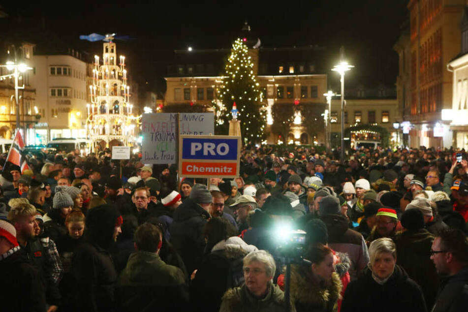 Zahlreiche Teilnehmer einer Kundgebung der NPD stehen auf dem Altmarkt.