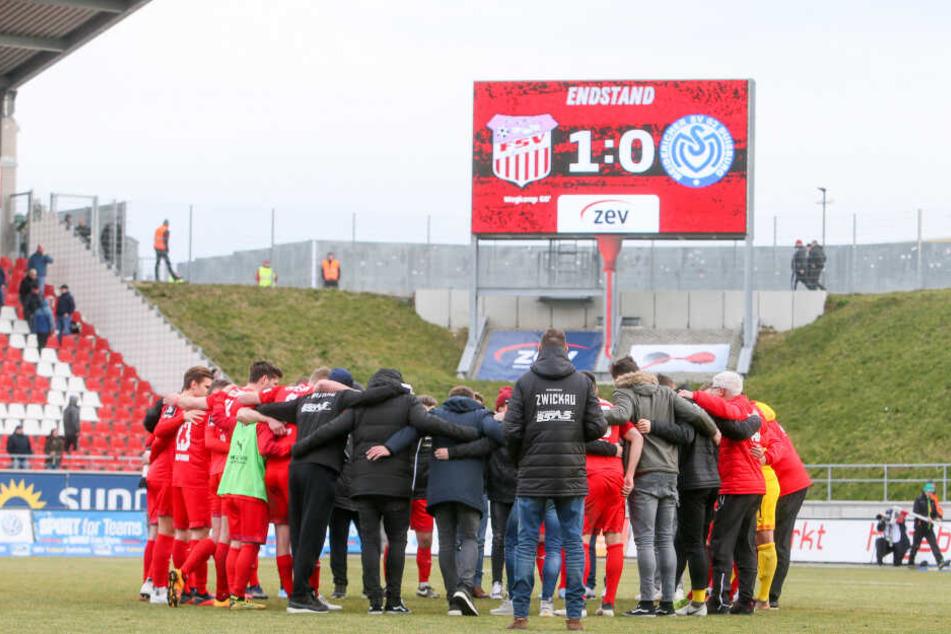Ein verschworener Haufen: Die FSV-Mannschaft rückte nach dem hochwichtigen 1:0-Sieg gegen Duisburg noch enger zusammen.