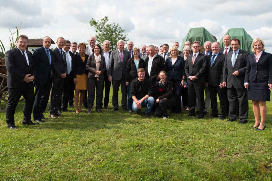 Bouffier, Kabinettsmitglieder und Hofbetreiber beim treffen in Korbach um über die Förderung von Mobilität auf dem Land zu reden.