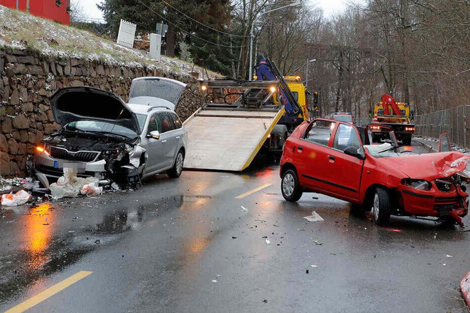 Suzuki kracht auf glatter Straße in Gegenverkehr: Zwei Verletzte