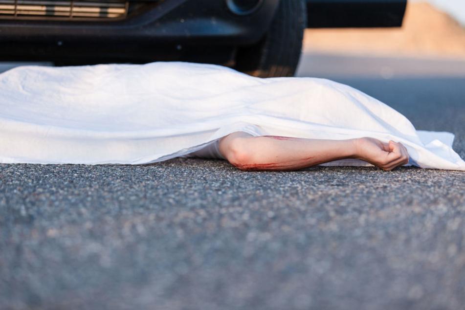 Der verunglückte Fußgänger verstarb nach dem heftigen Crash noch am Unfallort. (Symbolbild)