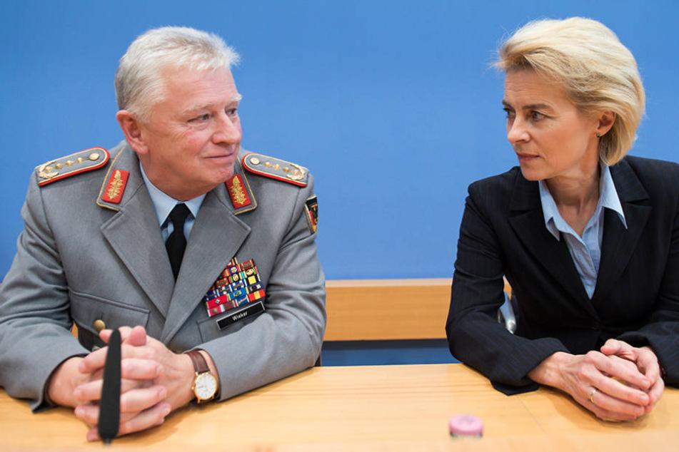 Generalinspekteur der Bundeswehr, Volker Wieker, mit Von der Leyen bei einer Pressekonferenz 2015.