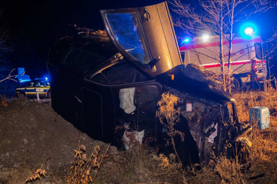 Unfall im Erzgebirge: Skoda überschlägt sich und bleibt auf Seite liegen