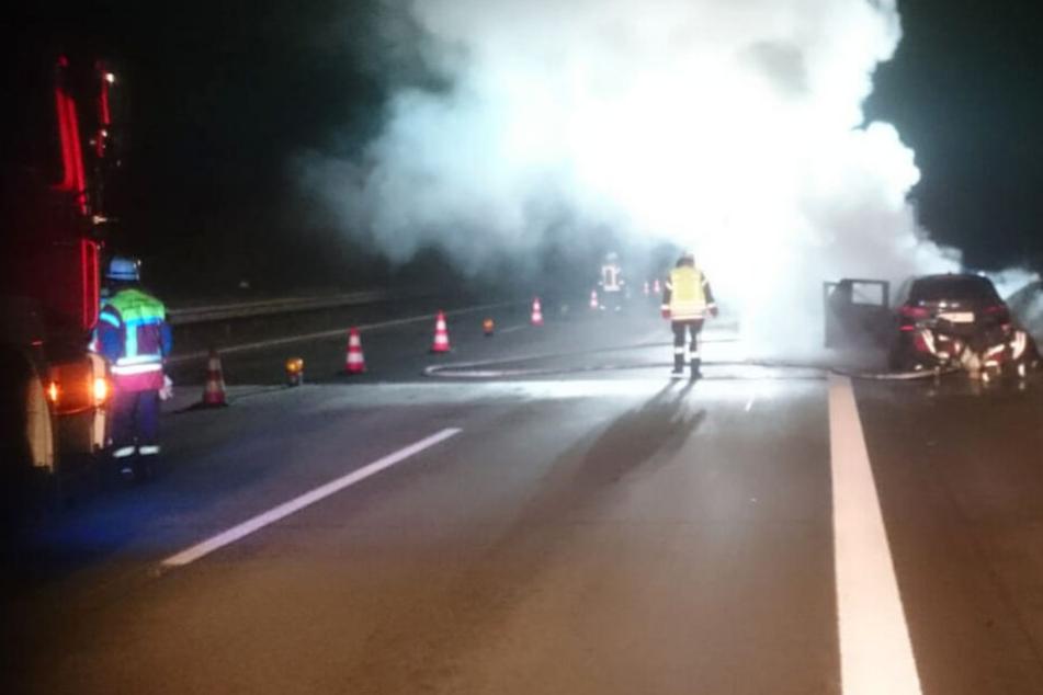 Auto brennt auf A3: Personen verhalten sich im Stau lebensmüde