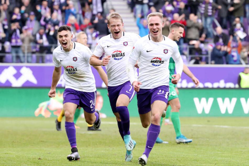 """Florian Krüger (r.) ist aus der ersten Elf derzeit nicht wegzudenken. Hier wird er nach seinem Treffer zum 3:0 gegen Fürth von Jan Hochscheidt (M.) und Patrick Strauß """"gejagt""""."""
