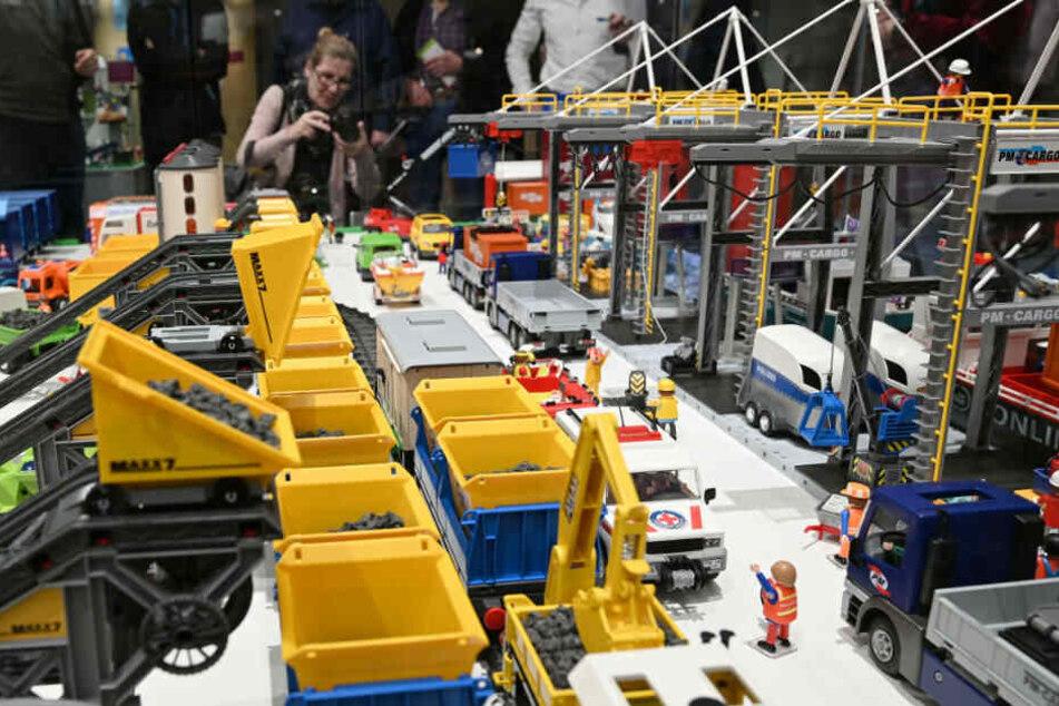 Im Deutschen Museum Bonn können ab Freitag die riesigen Playmobil Schau-Landschaften betrachtet werden.