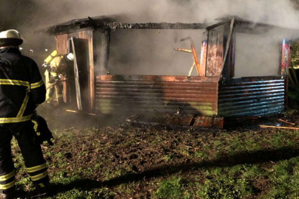 Grillhütte abgefackelt, Polizei jagt mutmaßliche Brandstifter