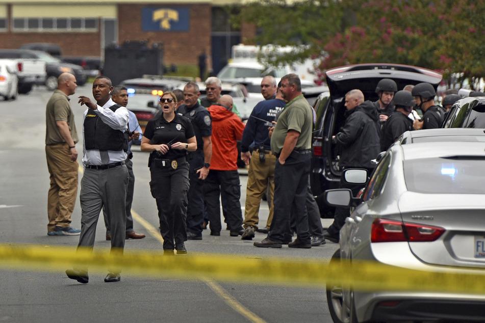 Ein Sheriff weist die Polizeibeamten am Tatort der Mount Tabor High School an, nachdem dort ein Schüler getötet wurde. Bisher sind die Hintergründe der Tat unklar.