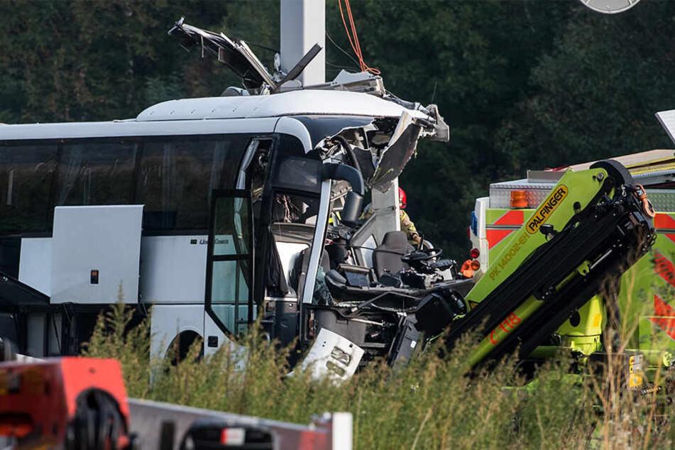 Ein deutscher Reisebus ist in der Schweiz verunglückt.