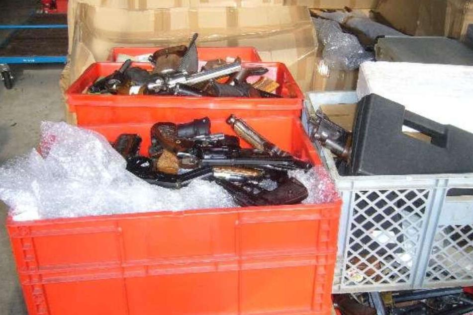 Unzählige Waffen liegen in Kisten und Kartons. Die Polizei hat sie beschlagnahmt.