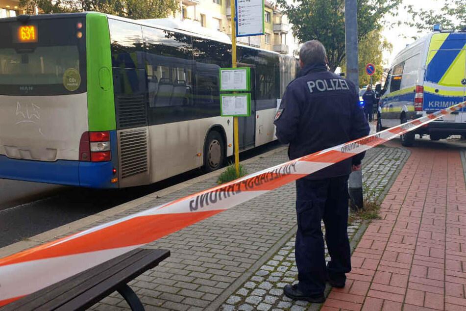 Ein Polizist steht an der Unfallstelle.