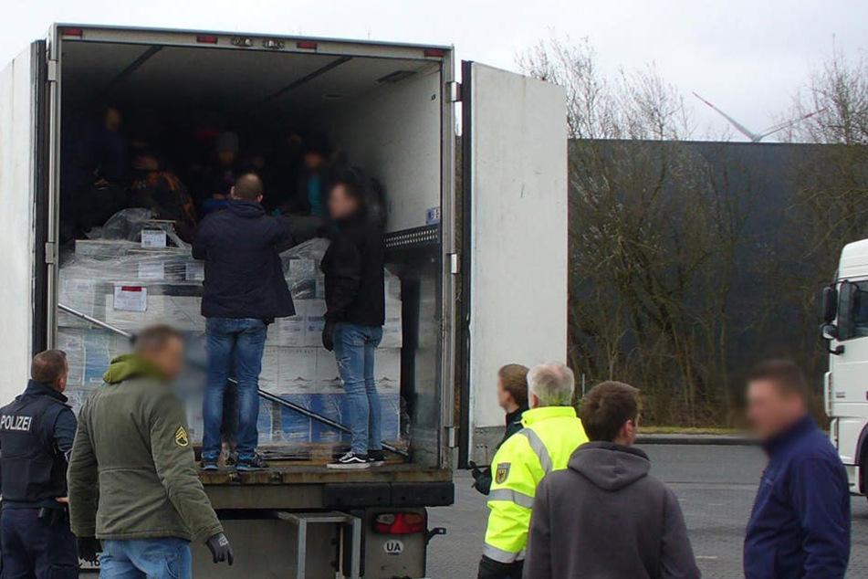 Bundespolizisten befreien an der deutsch-niederländischen Grenze neun irakische Flüchtlinge aus einem verplombten Kühllaster.