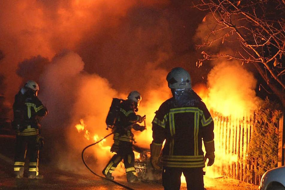 Meterhohe Flammen: Brandstifter zündet Mercedes an