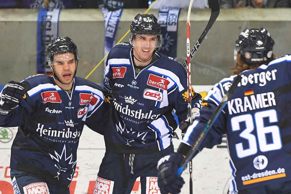 Tadas Kumeliauskas (Mitte) bejubelt seinen ersten Treffer für die Eislöwen gegen Crimmitschau.
