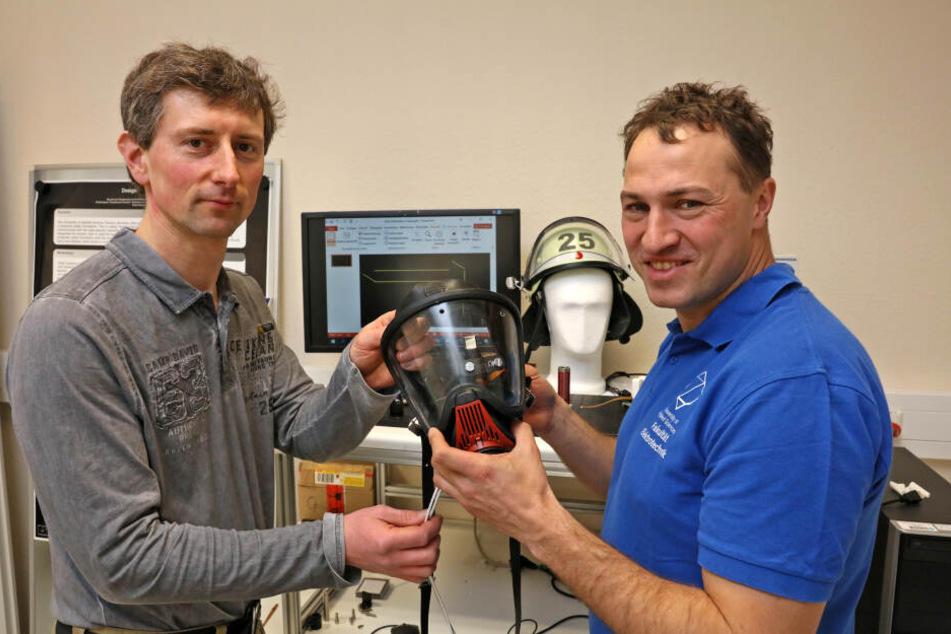 Rigo Herold (38, r.), WHZ-Professor für Digitale Systeme, und Mitarbeiter Falk Weidenmüller haben eine Atemmaske mit integrierter Datenbrille entwickelt.
