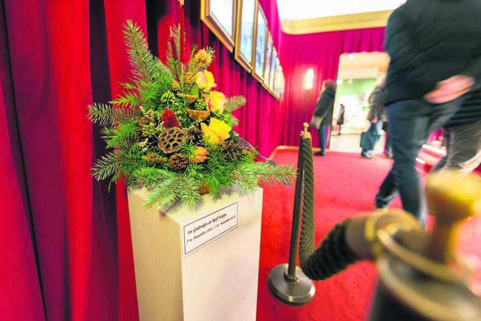 Mit Bildern und einem Trauergesteck wird dem verstorbenen Schauspieler Rolf Hoppe (†87) gedacht.