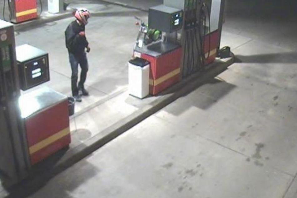 Besonders der weiße Helm mit schwarz/roten Verzierungen ist auffällig. Kennt Ihr jemanden, der solch einen Helm trägt?